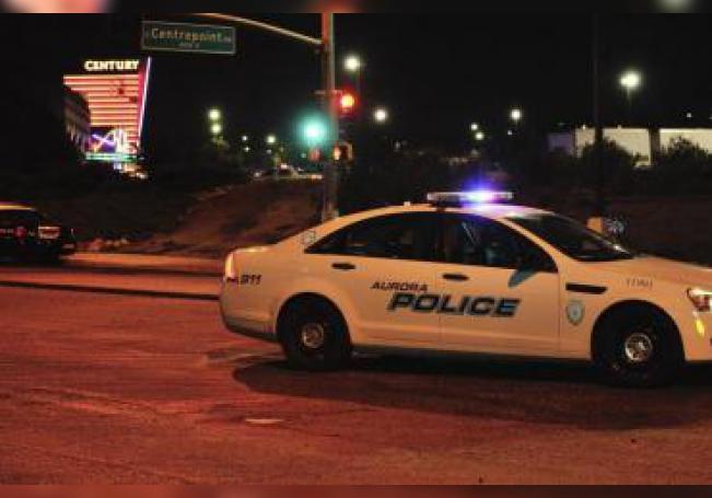 Un coche de policía en las inmediaciones de los cines Century, después de que un individuo irrumpiera, lanzase un bote de humo y disparase al público causando la muerte de al menos 14 personas y heridas a otras 50, según fuentes policiales, en Aurora, cerca de Denver, Colorado, Estados Unidos EFE/Bob Pearson/Archivo