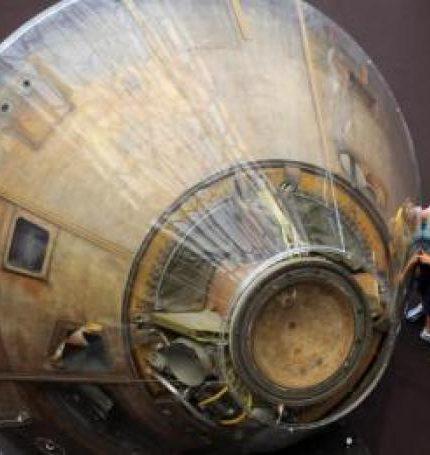 Visitantes del Museo Espacial y Aero Nacional Smithsoniano observan el módulo de comando Columbia del Apolo 11, el 20 de julio de 2009, en Washington (DC, EEUU) durante la celebración del 40 aniversario del alunizaje. Este módulo fue llevado por los astronautas Neil Armstrong, Buzz Aldrin y Michael Collins en su histórico viaje. EFE/Michael Reynolds/Archivo