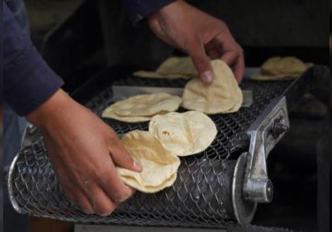 Un empleado hace tortillas el miércoles 3 de enero de 2017, en Ciudad de México (México). EFE/Sáshenka Gutiérrez/Archivo