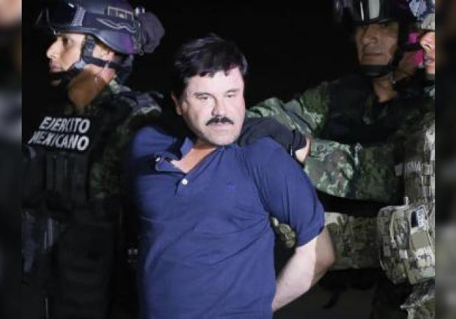 """El narcotraficante Joaquín """"El Chapo"""" Guzmán (c) es conducido el viernes 8 de enero de 2016, a un helicóptero de la Marina Armada de México, en la capital mexicana tras su recaptura en la ciudad de Los Mochis, Sinaloa (México). EFE/José Méndez/Archivo"""