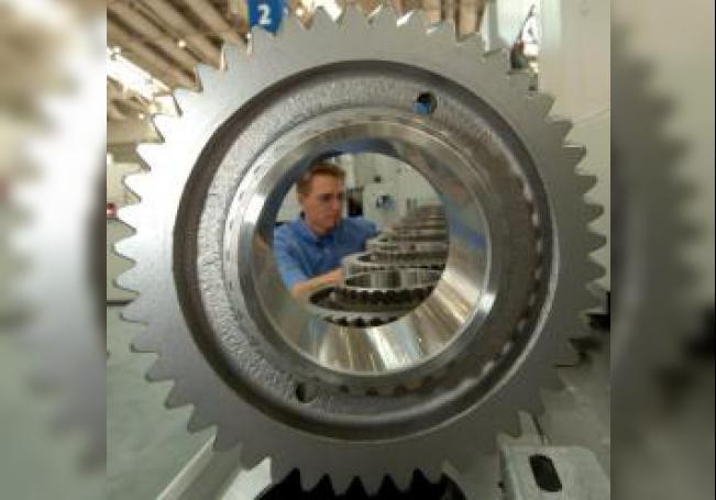 """Un empleado inspecciona la maquinaria que fabrica ruedas de engranaje en la compañía Liebherr durante la feria del metal """"Emo 2005"""" realizada, el martes 13 de septiembre, en Hanover (Alemania). EFE/Holger Hollemann/Archivo"""