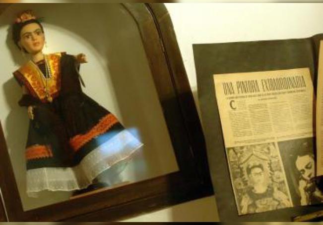 Algunos recuerdos de la pintora mexicana Frida Kahlo se exponen el 4 de abril de 2007, en la residencia de su nieta, Mara De Anda Romeo, en el barrio de Coyoacán, de Ciudad de México. La hija, la nieta y la bisnieta de la hermana pequeña de la artista, Cristina, componen la compañía Frida Kahlo Corporation (FKC), que expide licencias para comercializar el nombre y la imagen del personaje a cambio