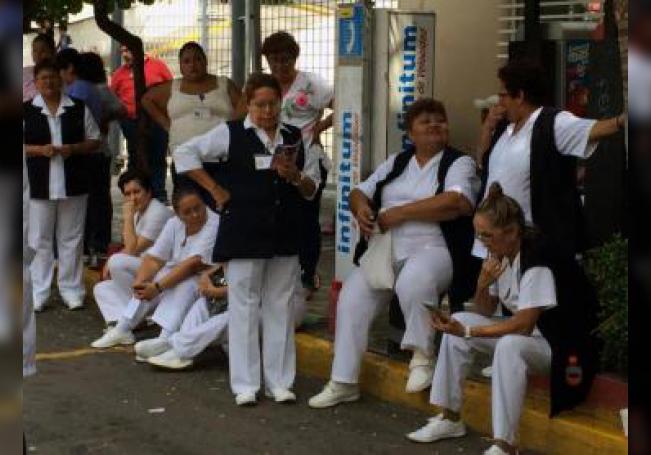 Cientos de empleados del sector salud en el estado de Veracruz (México) bloquean calles y hospitales el miércoles 16 de noviembre de 2016, en protesta por el incumplimiento del pago de sus salarios. EFE/ Luis Monroy/Archivo
