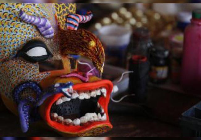 """Fotografía realizada el 19 de julio de 2019 que muestra el detalle de mascaras prehispánicas de los guerreros ?Tastoanes, en la localidad de Tonalá estado de Jalisco (México). Coloridas máscaras que simulan guerreros prehispánicos cientos de """"tastoanes"""" recrean la mítica lucha de los indígenas contra el Santo Santiago durante la Conquista española, una tradición con más de 200 años de antigüedad e"""