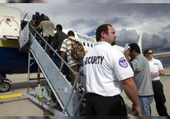 Parte de un grupo de 150 inmigrantes sube a un avión que se dirige a Ciudad de México desde Tucson, Arizona (EEUU). EFE/Gary Williams/Archivo