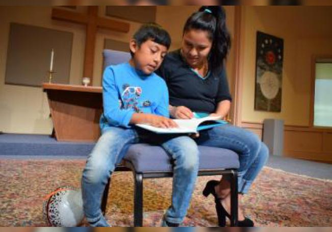 Fotografía del 3 de marzo de 2017, de la guatemalteca indocumentada Hilda Ramírez y su hijo iván, que aprendió a leer en español e inglés gracias a la ayuda de la comunidad de la iglesia presbiteriana de San Andrés, situada al norte de Austin, Texas (EE.UU.). EFE/Alex Segura/Archivo [ACOMPAÑA CRÓNICA: EEUU INMIGRACIÓN]
