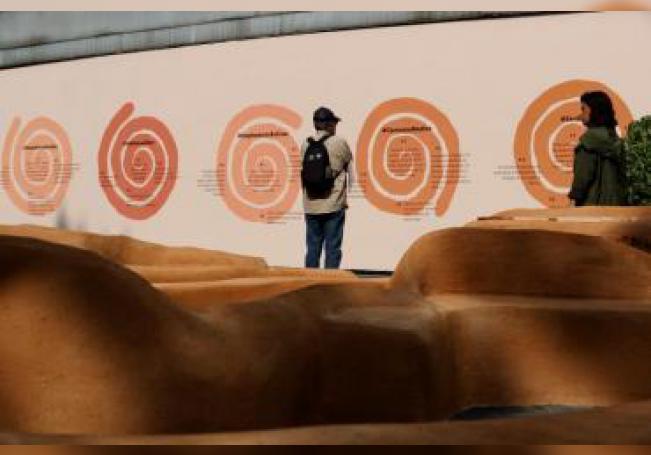"""Vista de la obra interactiva """"El lugar de las palabras en común"""" inaugurada este martes en el Atrio de San Francisco de la Ciudad de México (México). EFE/José Méndez"""