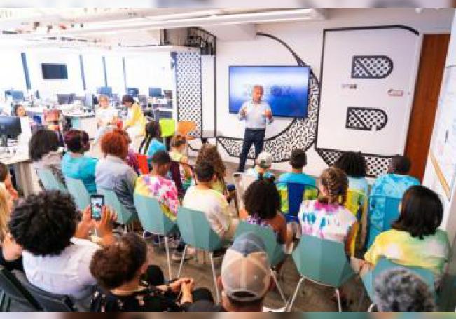 """Fotografía cedida por la firma Kidbox que muestra a un grupo de niños de todo Estados Unidos mientras escuchan una charla este miércoles, durante el encuentro de la nueva """"Junta directiva de niños"""" en Nueva York (EE.UU.), una iniciativa que cumple este miércoles su tercera edición. EFE/Michelle Sheets/Cortesía KIDBOX/SÓLO USO EDITORIAL"""