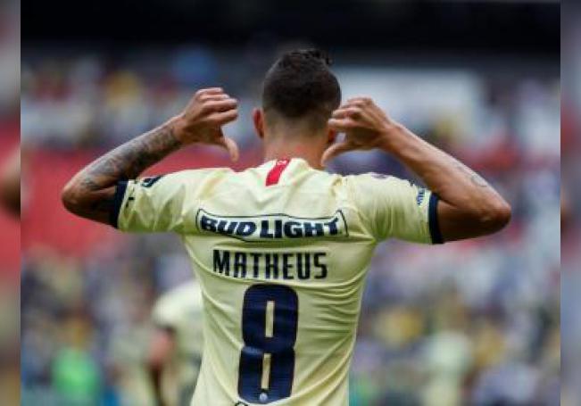 El jugador de América Mateus Uribe celebra una anotación ante Monterrey, durante un partido de la jornada uno del Torneo Apertura del fútbol mexicano realizado en el Estadio Azteca de la Ciudad de México (México). EFE/José Méndez/Archivo