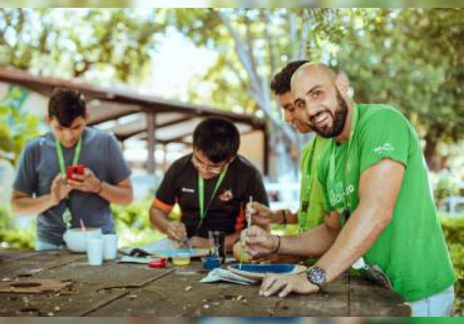 Voluntarios de distintas partes del mundo trabajan con chicos de la población de Juchitán de Zaragoza, en el estado de Oaxaca (México) el 31 de julio de 2019. EFE/ Mark Cornelison