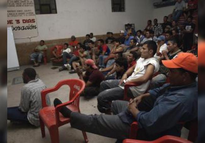 Imagen proporcionada donde se observa a un grupo de migrantes en un día cotidiano de actividades en la Casa del Migrante de Saltillo, en el estado de Coahuila (norte de México). EFE/Christoph Panzer/Archivo