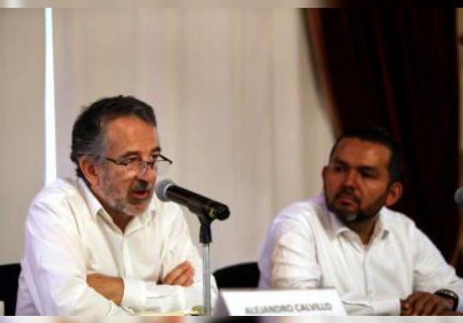 El representante de la Alianza por la Salud Alimentaria, Alejandro Calvillo (i), habla participa en una conferencia de prensa este miércoles, en Ciudad de México (México). EFE/ Sashenka Gutierrez