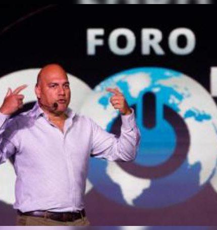 """El fundador y director ejecutivo de la Singularity University, Salim Ismail, habla este miércoles en una charla sobre """"Negocios exponenciales"""" en el marco del Foro Go 3 celebrado en la ciudad de León, en el estado de Guanajuato (México). EFE/ Luis Ramírez"""