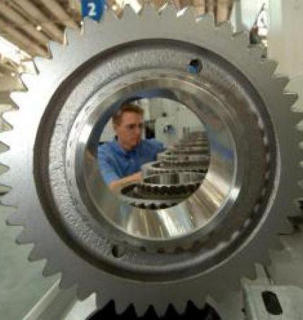 """Un empleado inspecciona la maquinaria que fabrica ruedas de engranaje en la compañía Liebherr durante la feria del metal """"Emo 2005"""" realizada el martes 13 de septiembre, en Hanover (Alemania). EFE/Holger Hollemann/Archivo"""