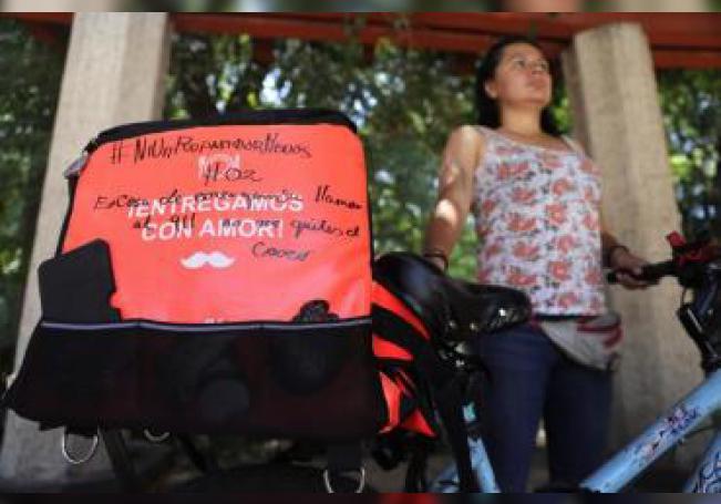 Una repartidora de comida de una plataforma digital trabaja el 14 de agosto de 2019, en Ciudad de México (México). EFE/ Sáshenka Gutiérrez