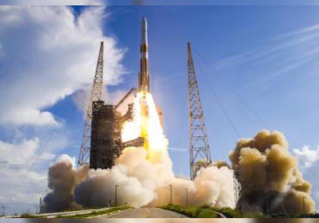 Fotografía cedida por United Launch Alliance (ULA) que muestra el lanzamiento este jueves del cohete Delta IV Medium desde Cabo Cañaveral, Florida (EE.UU.). EFE/ Jeff Spotts SÓLO USO EDITORIAL/NO VENTAS