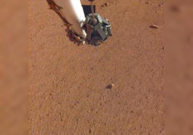 """Imagen facilitada por la NASA de la roca bautizada como """"Rolling Stones Rock"""", en el centro de la imagen, detrás de la que se aprecia la marca que dejó al ser desplazada por los propulsores del módulo espacial InSight durante su aterrizaje en Marte. EFE/NASA/Caltech"""