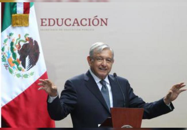 El presidente mexicano, Andrés Manuel López Obrador (), encabeza un evento por el inicial de clases este lunes en Ciudad de México (México). EFE/Mario Guzmán