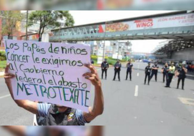 Padres de niños con cáncer que son atendidos en el Hospital Infantil Federico Gómez protestan por la falta de medicamentos para el tratamiento de sus hijos, este lunes en el Aeropuerto Internacional de la Ciudad de México (México). EFE/Mario Guzmán