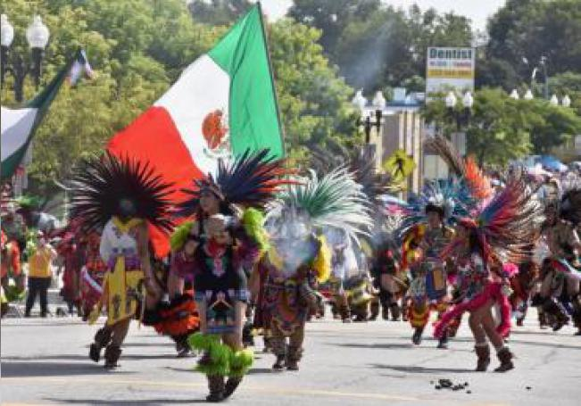 """Bailarines aztecas danzan este domingo durante un desfile en Los Ángeles, California (Estados Unidos). Mexicanos de la ciudad estadounidense dicen que a pesar de que """"la conquista"""" de América Latina por españoles fue ruda, ellos prefieren resaltar este domingo """"lo positivo"""" de la unión """"de dos mundos"""" en la edición 73 del desfile de Independencia de México. EFE/ Iván Mejía"""