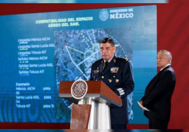 El secretario de la Defensa Nacional, Luis Cresencio Sandoval (c), y el presidente de México, Andrés Manuel López Obrador (dcha).