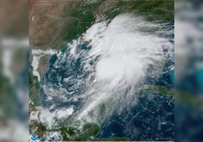 Fotografía tomada a las 10.21 hora local (14:21 GMT) de este viernes y cedida por la Administración Nacional Oceánica y Atmosférica (NOAA) de EE.UU. Zonas costeras de Florida, Alabama, Misisipi y Luisiana, estados ribereños del Golfo de México, están en alerta ante el alto nivel de probabilidad de que este viernes se forme una tormenta tropical que llevará el nombre de Néstor. EFE/NOAA-NHC/SOLO US