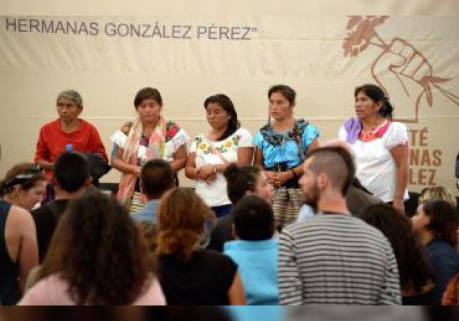 Delia Pérez (i), madre de las indígenas Ana (2i), Beatriz (c) y Celia González (2d) asisten junto a una traductora a un acto publico en la localidad de Ocosingo en el estado de Chiapas (México), donde el estado mexicano ofreció disculpas a mujeres indígenas que fueron violadas en 1994. EFE/Carlos López