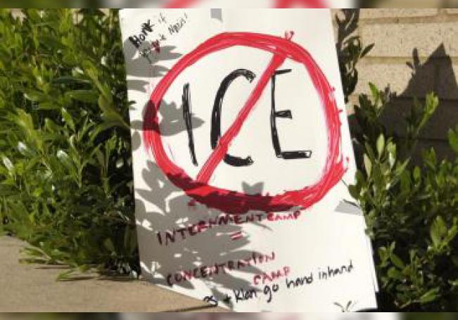 Vista de un cartel en contra del Servicio de Inmigración y Control de Aduanas (ICE). EFE/Tania Cidoncha/Archivo