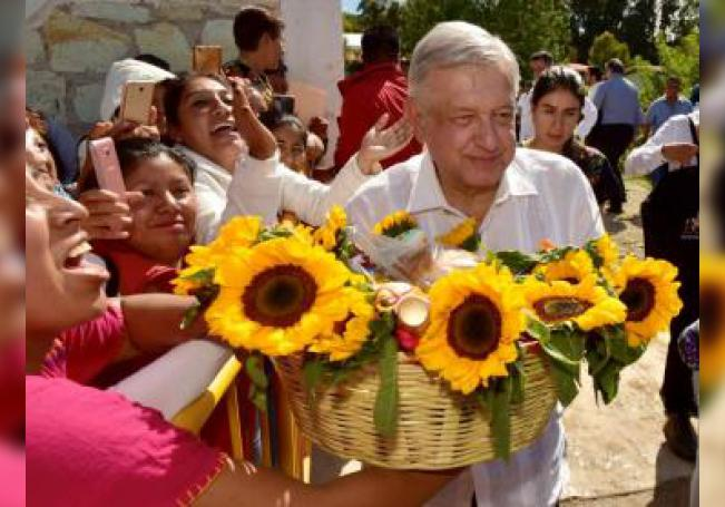 El presidente de México, Andrés Manuel López Obrador, visita este sábado la ciudad de Asunción Nochixtlán, en el estado de Oaxaca (México). EFE/PRESIDENCIA/SOLO USO EDITORIAL
