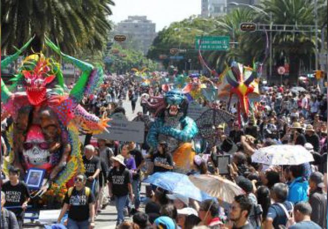 Fotografía de alebrijes durante un desfile como antesala a la celebración del Día de Muertos, este sábado, en Ciudad de México (México). EFE/Mario Guzmán