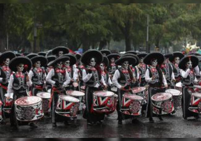 Miles de personas asisten al mega desfile de Día de Muertos este sábado, en Ciudad de México (México). EFE/ Sáshenka Gutiérrez