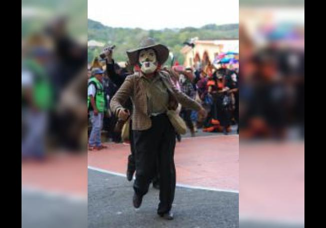 Fotografía cedida este domingo de un participante del festival Xantolo, en México. Desde hace 800 años, familias enteras en la región mexicana de la Huasteca celebran en vida a la muerte en el festival Xantolo, en el que lucen máscaras únicas mientras bailan el son tradicional. EFE/IBERDROLA/SOLO USO EDITORIAL