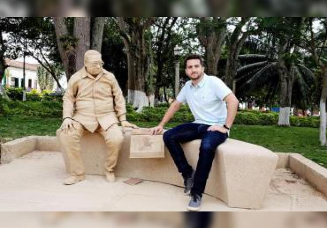 Fotografía de archivo particular que muestra al artista colombiano Joaquín Restrepo mientras posa junto a su escultura del expresidente Belisario Betancur, en Barichara (Colombia). EFE/ARCHIVO PARTICULAR