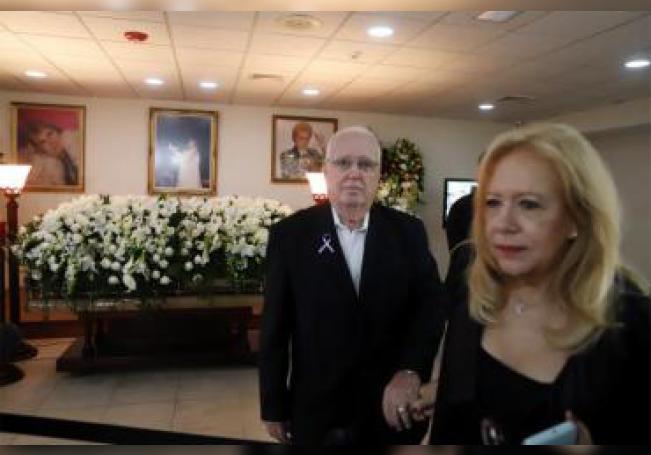 Henry Mercado y Betty Benet Mercado, hermano y sobrina del famoso astrólogo puertorriqueño Walter Mercado asisten al velatorio del astrólogo este miércoles, la funeraria Puerto Rico Memorial en San Juan (Puerto Rico). EFE/ Thais Llorca