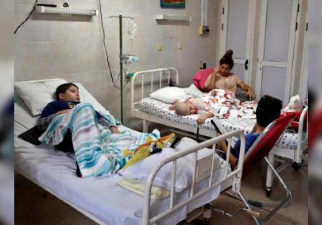 Varios niños enfermos de cáncer son vistos en una sala de un hospital. EFE/ Ernesto Mastrascusa/Archivo