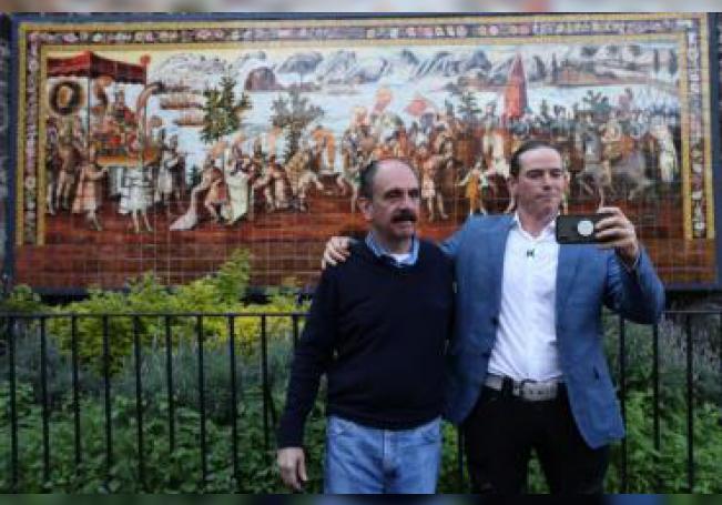 Federico Acosta (i), descendiente de Moctezuma y Ascanio Pignatelli (d), descendiente de Hernán Cortes, se toman una fotografía este viernes, durante una rueda de prensa en Ciudad de México (México). EFE/Sáshenka Gutiérrez