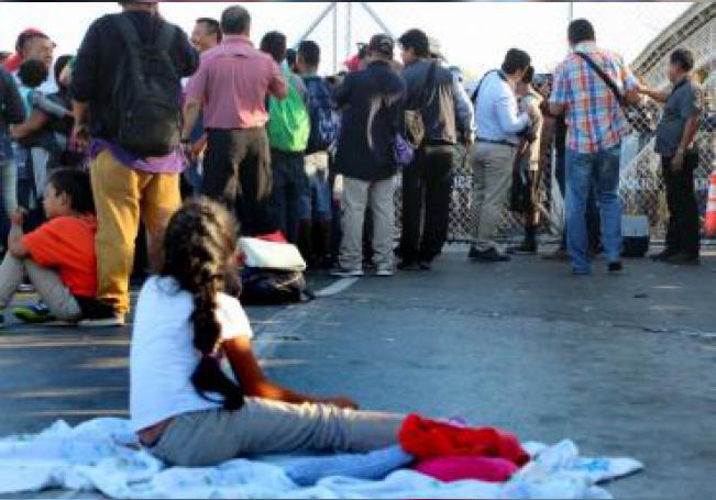 Migrantes centroamericanos esperan a las afueras de la estación fronteriza de Puente Nuevo, en Matamoros (México).EFE/Abraham Pineda Jácome/Archivo