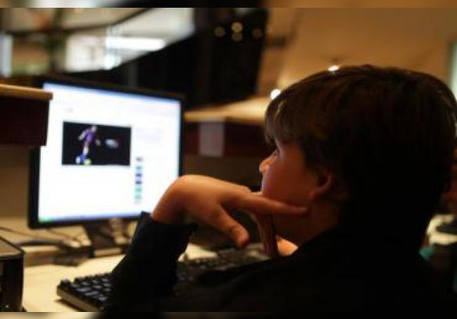 El niño torero franco mexicano Michelito Lagravere de 11 años juega con su computadora el 6 de noviembre de 2009, en su habitación de su hotel en Lima (Perú), donde participó en una novillada en la Feria Taurina del Señor de los Milagros, una de las más importantes de América. EFE/Paolo Aguilar/Archivo