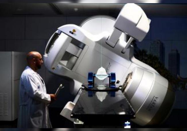 Un doctor junto ala Acelerador Lineal, una de las máquinas con la que investigadores del Hospital del Mar de Barcelona han hallado un método para que los pacientes con un tipo de cáncer de pulmón de células pequeñas, que es habitual que haga metástasis en el cerebro, no sufran daños en el hipocampo y pierdan la memoria cuando reciben radioterapias craneales preventivas.EFE/Alejandro García/Archivo