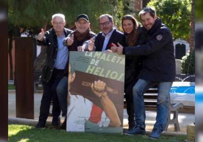 """El director de cine Javier Angulo (2-i), los productores Marta Arranz (2-d) y Roberto Lozano (d), el historiador Vicente Fernández """"Tito"""" (i) y el actor Helio Estévez, durante la presentación de la película hispano-méxicana """"La maleta de Helio"""" de la sección oficial a concurso del Festival de Cine de Huelva. EFE/Julián Pérez"""