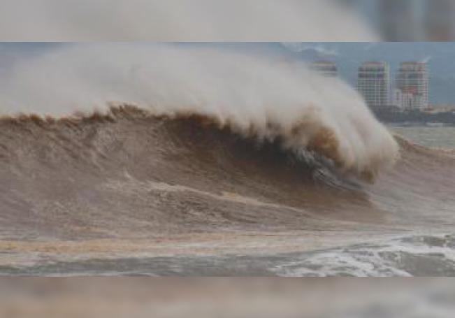 Vista general de la turbulencia marítima previo a la llegada del huracán Willa en la ciudad de Puerto Vallarta, estado de Jalisco (México). EFE/Francisco Pérez