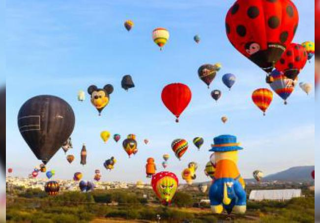 Globos aerostáticos multicolores toman vuelo durante el Festival Internacional del Globo este sábado, en León (México). EFE/ Luis Ramírez