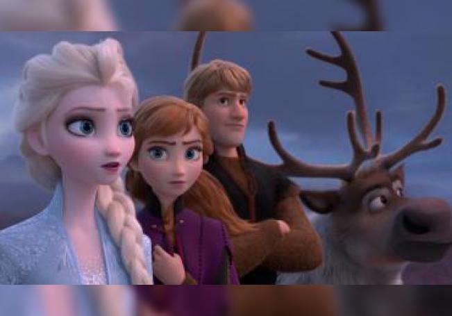 """Fotograma cedido por Disney donde aparecen los personajes (de i-d) Elsa, Anna, Kristoff y Olaf, durante una escena de """"Frozen 2"""" que se estrena esta fin de semana en los cines con una secuela que se postula como el estreno más destacado de la cartelera. EFE/Disney/SOLO USO EDITORIAL/NO VENTAS"""