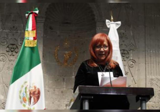 La presidenta de la Comisión Nacional de los Derechos Humanos (CNDH) de México, Rosario Piedra Ibarra (c), durante una conferencia de prensa este jueves en Ciudad de México (México). EFE/ José Méndez