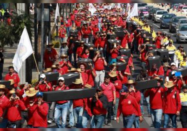 Mineros mexicanos marchan con ataúdes para reclamar que se recuperen los restos de sus compañeros, que quedaron atrapados en 2006 en la mina de Pasta de Conchos en Coahuila (México). EFE/Alex Cruz/Archivo