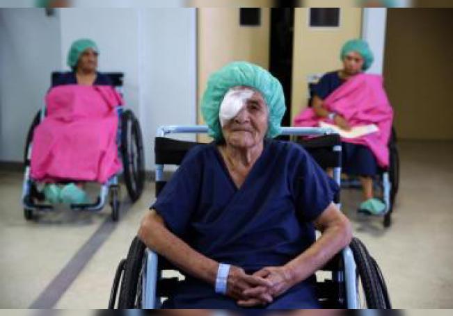 Fotografía de archivo de una paciente tras una cirugía de cataratas. EFE/Oscar Rivera/Archivo