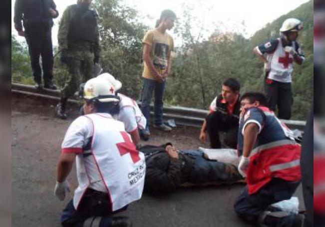 En este lugar, un autobús de pasajeros que había salido de San Cristóbal de las Casas, una de las ciudades más turísticas de Chiapas, con rumbo a la Ciudad de México cayó por un barranco de unos 50 metros de profundidad. EFE/STR/Archivo