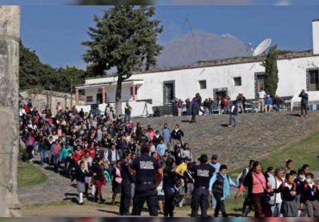 Miembros de la Policía Estatal participan con pobladores en un simulacro de alerta volcánica este miércoles, en Tochimilco, estado de Puebla (México). EFE/ Hilda Ríos