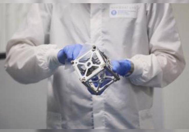 Un estudiante de la Universidad Politécnica de Catalunya (UPC) trabaja con un nanosatélite en el Laboratorio de Cargas Útiles y Pequeños Satélites (NanoSat Lab), donde han desarrollado un nanosatélite que será lanzado al espacio. EFE/Alejandro García/Archivo