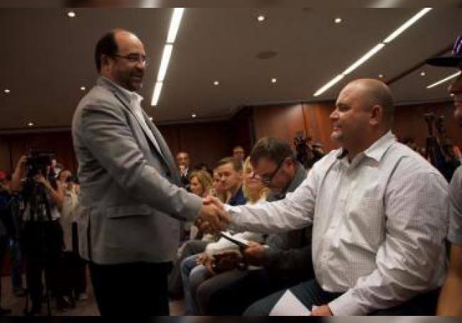 Julián LeBarón (d), familiar de las víctimas mormonas, y el senador Emilio Álvarez Icaza (i) durante su encuentro, este martes, en la sede de la Cámara de Senadores, en Ciudad de México (México). EFE/ Madla Hartz